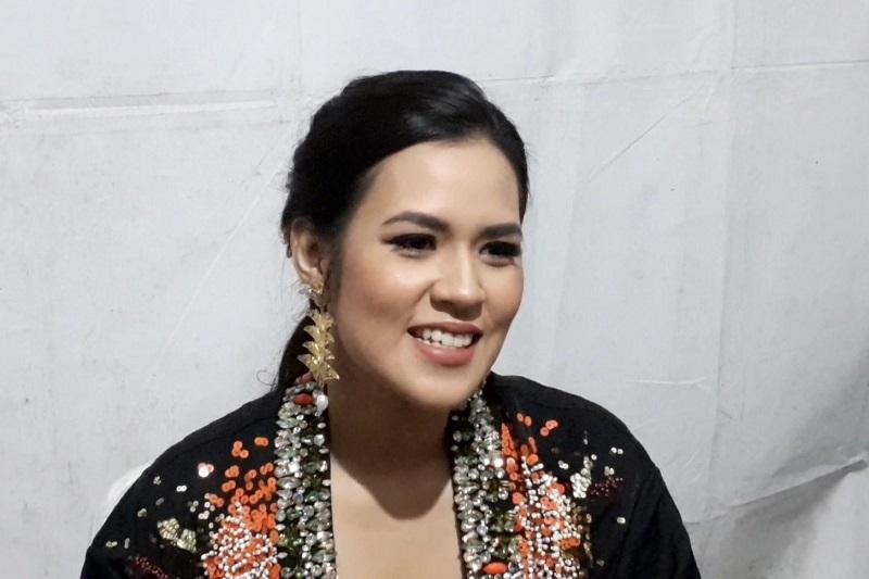 https: img.okezone.com content 2019 10 05 205 2113357 bahagianya-raisa-manggung-di-batik-music-festival-aZmrabsgSC.jpg