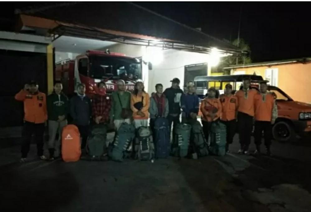 https: img.okezone.com content 2019 10 05 337 2113313 tujuh-pendaki-asal-singapura-di-gunung-raung-berhasil-dievakuasi-En5dVQW9qy.jpg