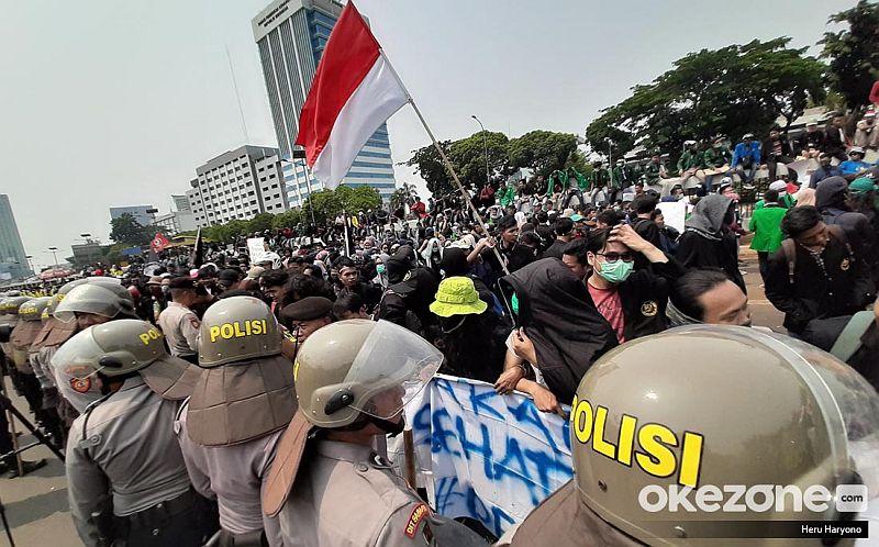 https: img.okezone.com content 2019 10 06 337 2113547 lsi-mayoritas-publik-sepakat-demo-mahasiswa-tak-ditunggangi-kepentingan-politik-bRDcb4JEcX.jpg