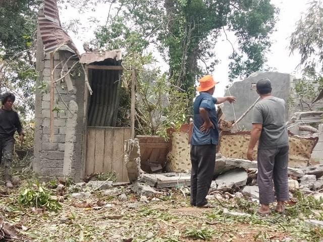 https: img.okezone.com content 2019 10 06 609 2113582 rumahnya-tertimpa-pohon-tumbang-janda-ini-alami-luka-parah-CHbv2B890O.jpg
