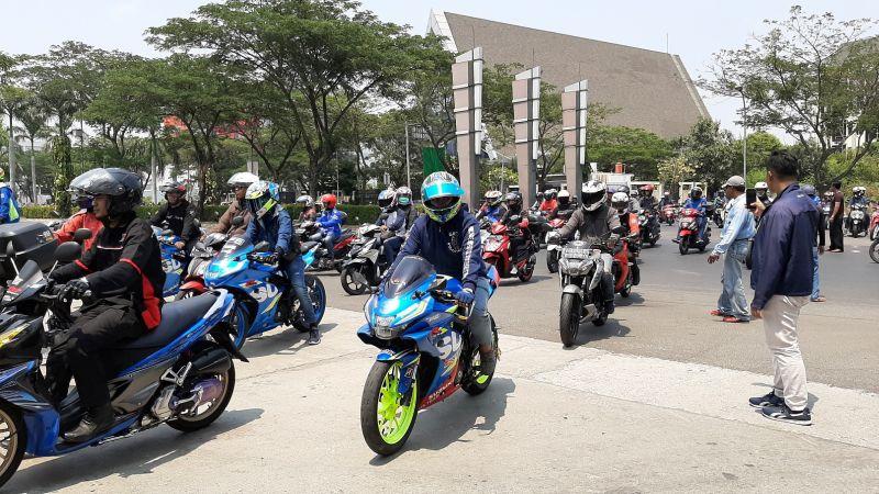 https: img.okezone.com content 2019 10 07 199 2114072 gaya-baru-sunmori-ala-suzuki-bersama-ratusan-bikers-yCNIOo5Ry4.jpg
