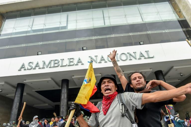 https: img.okezone.com content 2019 10 09 18 2114625 demonstran-serbu-gedung-parlemen-pemerintahan-ekuador-dipindahkan-WFFqU6niJE.jpg