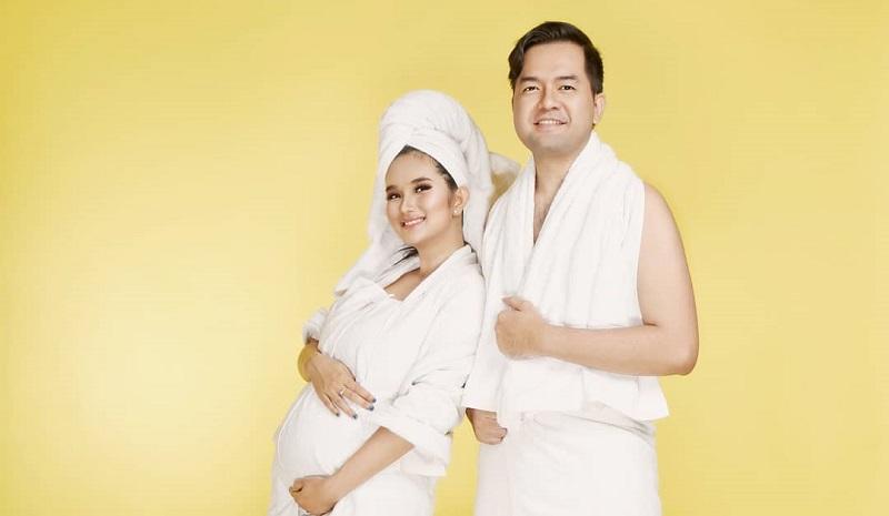https: img.okezone.com content 2019 10 09 194 2114755 hamil-anak-kedua-lihat-seksinya-faby-marcelia-maternity-shoot-bareng-suami-soBXyCWdNz.jpg