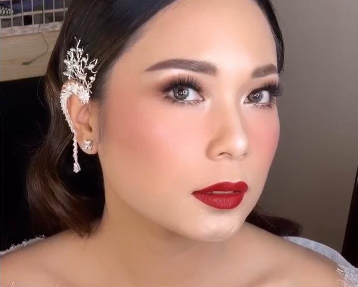 https: img.okezone.com content 2019 10 09 611 2114580 tampil-flawless-di-hari-pernikahan-makeup-ayla-dimitri-dipuji-netizen-B07YL9iXWx.jpg