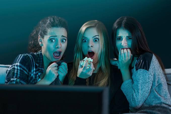 https: img.okezone.com content 2019 10 09 611 2114729 menonton-film-horor-dan-komedi-percepat-munculnya-tanda-penuaan-kok-bisa-Uu38f9ZZtr.jpg