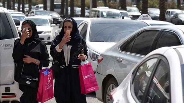 https: img.okezone.com content 2019 10 09 614 2114654 arab-saudi-melonggar-turis-muda-mudi-boleh-satu-kamar-abaya-tak-diwajibkan-2toQzUDxY9.jpg