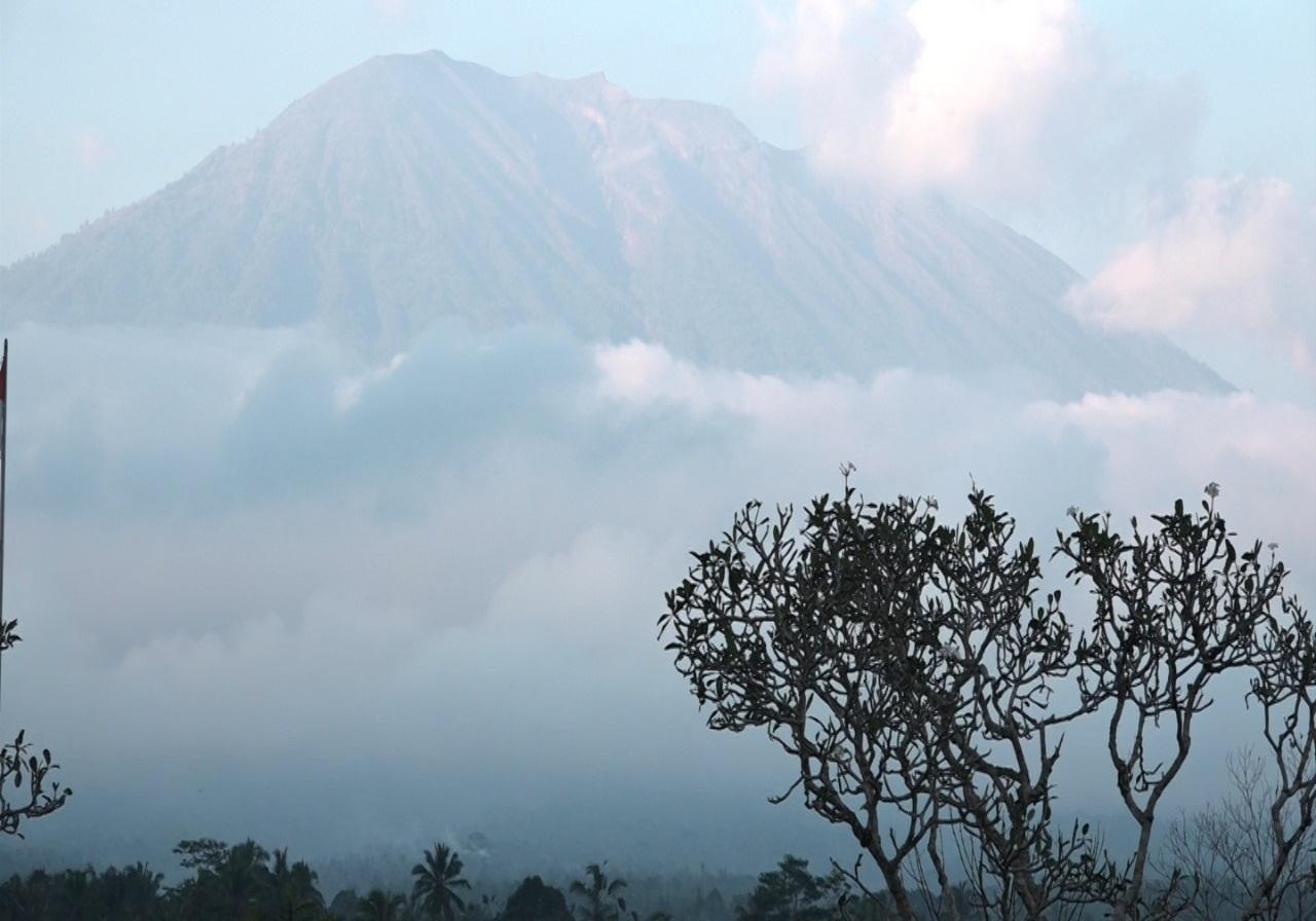 https: img.okezone.com content 2019 10 10 337 2115053 gunung-agung-dilanda-2-kali-gempa-pagi-ini-statusnya-masih-siaga-RHuprqvnxX.jpg