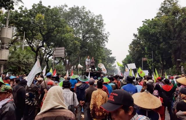 https: img.okezone.com content 2019 10 10 338 2115138 imbas-demo-petani-jalanan-menuju-istana-negara-ditutup-O3ugBGbWOy.jpg