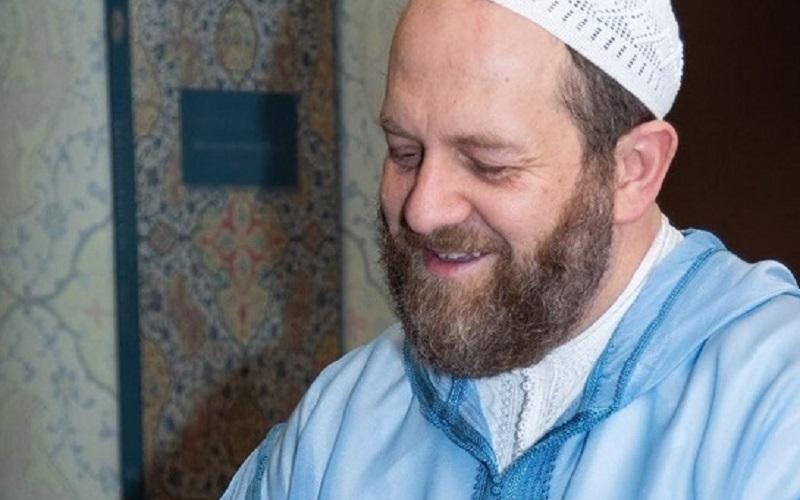 https: img.okezone.com content 2019 10 10 614 2115321 subhanallah-dokter-ini-rela-tinggalkan-karirnya-demi-menyebarkan-pesan-cinta-islam-MEoCJtahJY.jpg