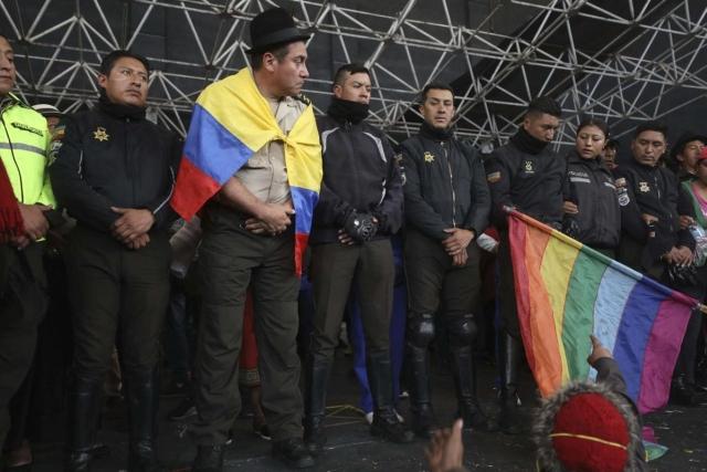 https: img.okezone.com content 2019 10 11 18 2115666 8-polisi-ditahan-dan-dipajang-pedemo-ekuador-BpIVs1tSKp.jpg