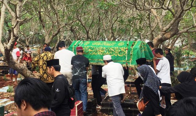 https: img.okezone.com content 2019 10 11 337 2115547 isak-tangis-iringi-pemakaman-akbar-alamsyah-korban-demo-di-dpr-s8VTTyBaPo.jpg