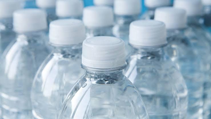 https: img.okezone.com content 2019 10 11 481 2115706 waspadai-bahaya-kandungan-bpa-di-botol-plastik-terhadap-tubuh-KQnnCw9S3D.jpg