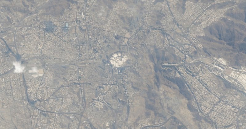 https: img.okezone.com content 2019 10 11 56 2115656 astronot-hazza-al-mansouri-abadikan-foto-mekah-dari-luar-angkasa-zCfESjSb82.jpg