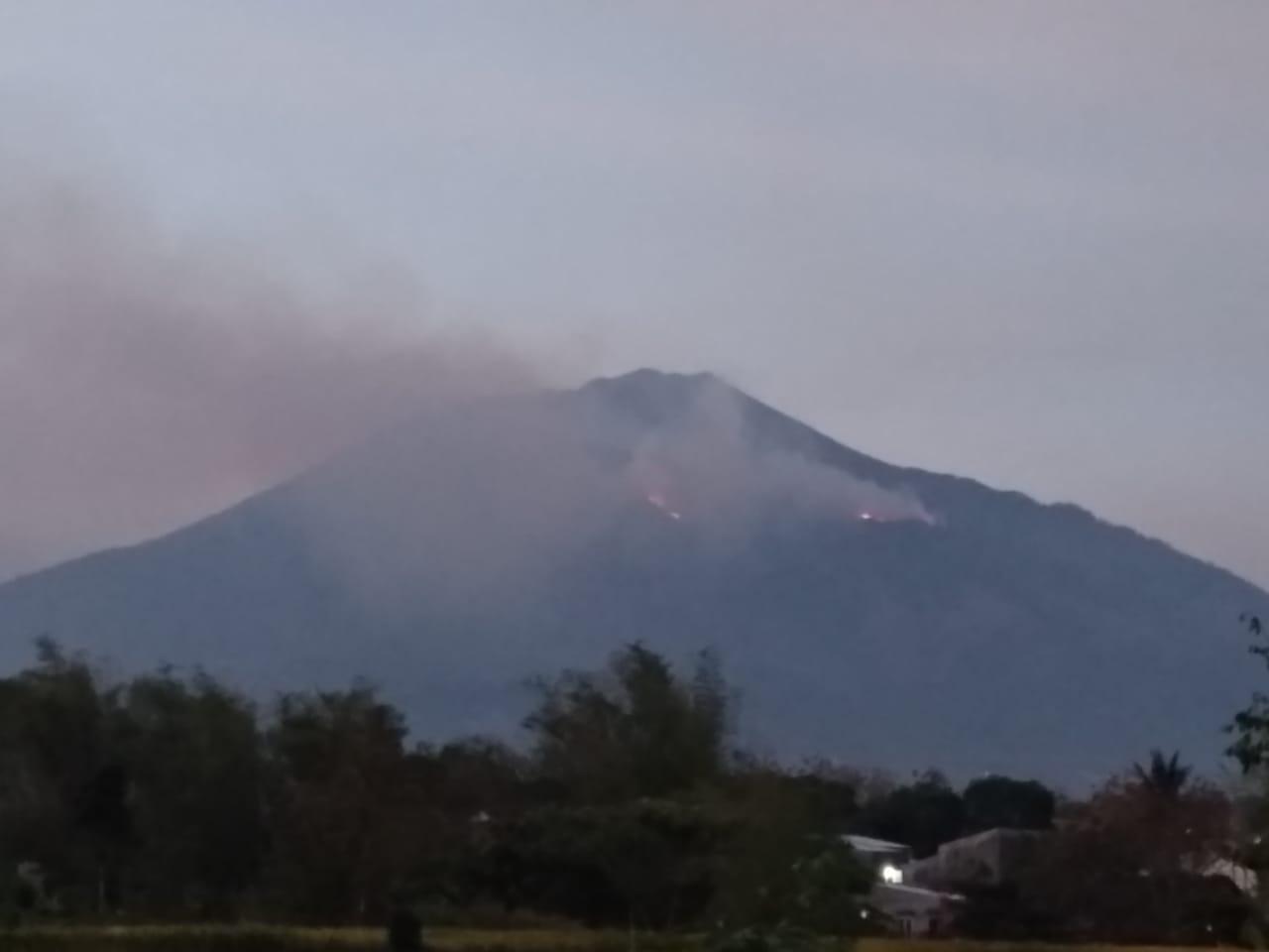 https: img.okezone.com content 2019 10 12 519 2115949 hutan-gunung-arjuno-terbakar-kobaran-api-terlihat-hingga-malang-tROaFgxVil.jpg