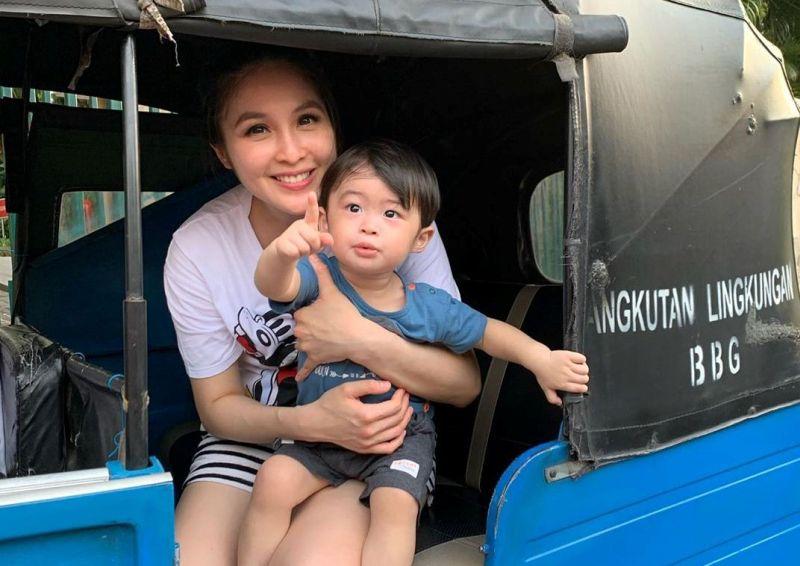 https: img.okezone.com content 2019 10 13 33 2116274 sandra-dewi-ajak-anak-naik-bajaj-netizen-orang-kaya-paling-top-wkvLzXpWjf.jpg