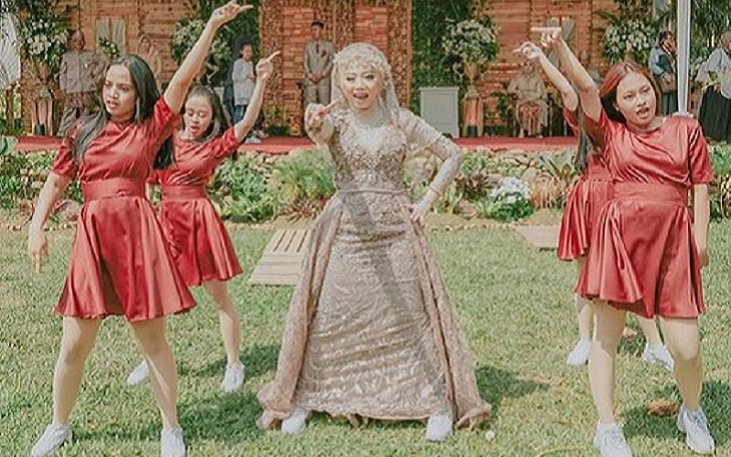 https: img.okezone.com content 2019 10 13 614 2116289 viral-video-ukhti-menari-k-pop-ala-twice-di-resepsi-pernikahannya-netizen-impianku-1WImOUJio7.jpg