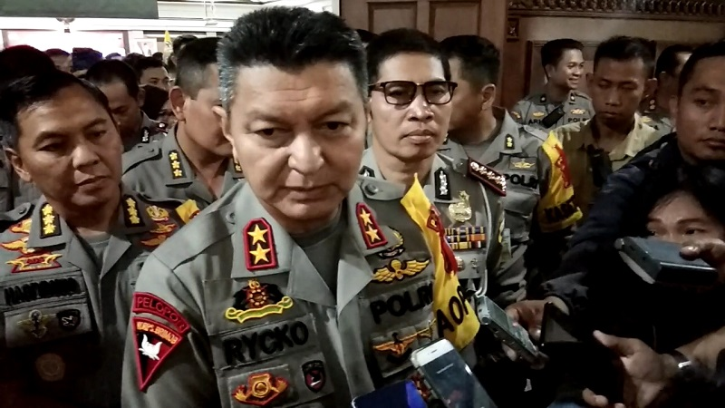 https: img.okezone.com content 2019 10 14 512 2116455 jelang-pelantikan-presiden-polisi-dekati-bem-di-jateng-d99isOSZgX.jpg