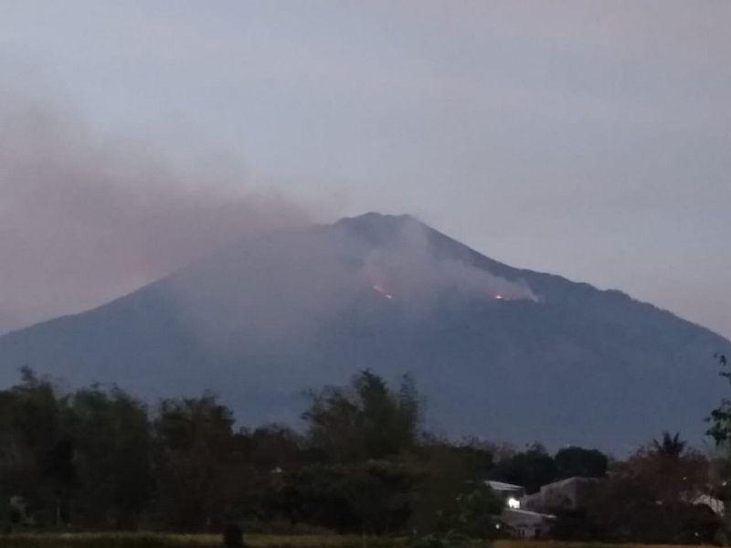 https: img.okezone.com content 2019 10 14 519 2116915 250-petugas-berjibaku-padamkan-api-di-gunung-arjuno-AWXbODM77j.jpg