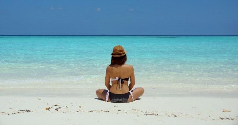 https: img.okezone.com content 2019 10 15 194 2117383 pakai-bikini-di-pantai-wanita-ini-malah-kena-denda-YVgMxhWajX.jpg