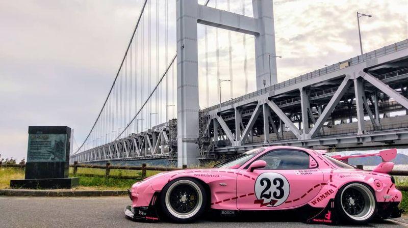 https: img.okezone.com content 2019 10 15 312 2117197 modifikasi-mazda-rx-7-berkelir-pink-terinspirasi-dari-porsche-917k-KAN6VnMzCG.jpg