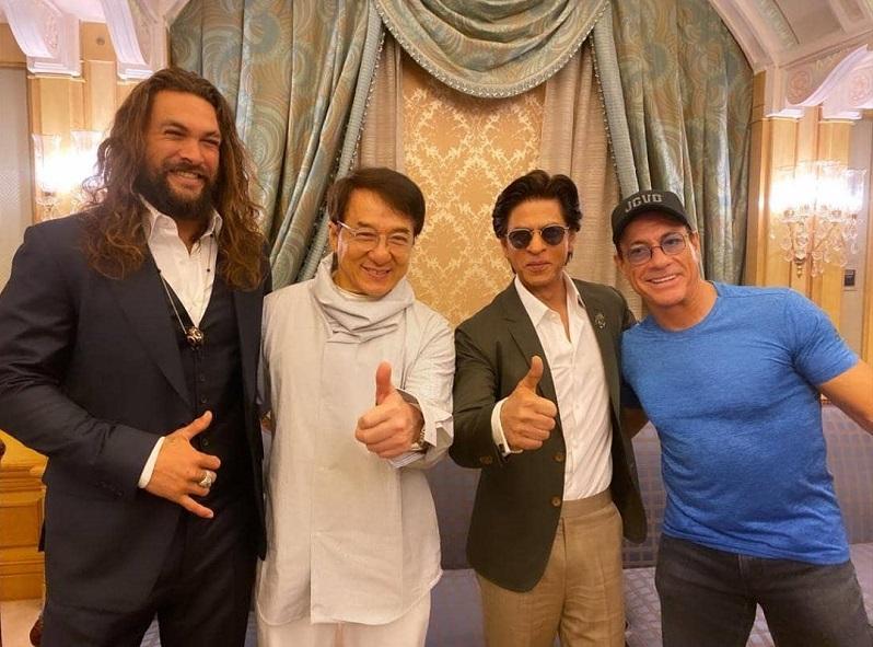 https: img.okezone.com content 2019 10 15 33 2117135 shah-rukh-khan-selfie-bareng-jackie-chan-dan-van-damme-netizen-legendaris-rZQKtLEDTn.jpg