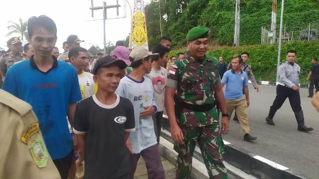 https: img.okezone.com content 2019 10 15 340 2117360 tni-bebaskan-9-wni-korban-salah-tangkap-tentara-malaysia-Dd4Kj8YqV6.jpg