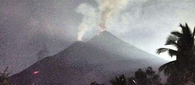 https: img.okezone.com content 2019 10 15 340 2117373 gunung-karangetang-keluarkan-sinar-api-setinggi-25-meter-54UsfcGQUR.jpg