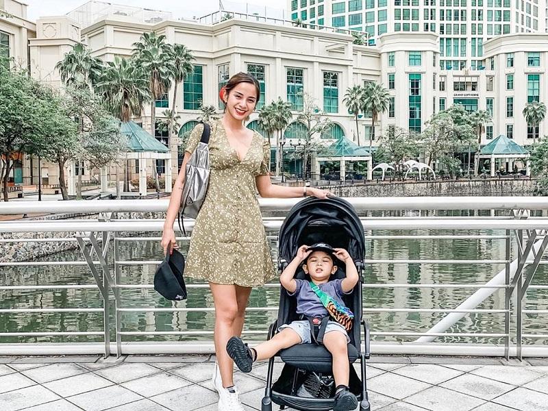 https: img.okezone.com content 2019 10 15 406 2117093 seksinya-hot-mom-kirana-larasati-ajak-anak-liburan-ke-singapura-NOvaqM0IcU.jpg