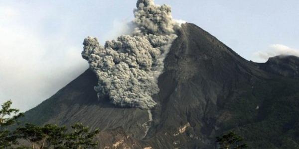 https: img.okezone.com content 2019 10 15 525 2117104 letusan-setinggi-3-000-meter-status-gunung-merapi-waspada-21YG8VMe5V.jpg