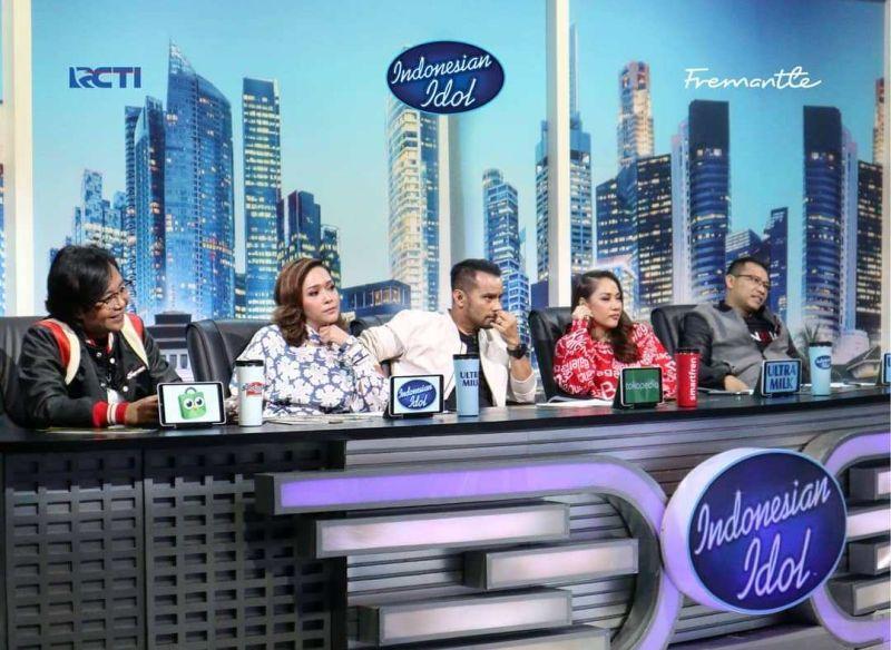 https: img.okezone.com content 2019 10 15 598 2117026 gara-gara-peserta-indonesian-idol-anang-hermansyah-debat-sengit-dengan-ari-lasso-3EebxqdrGT.jpg