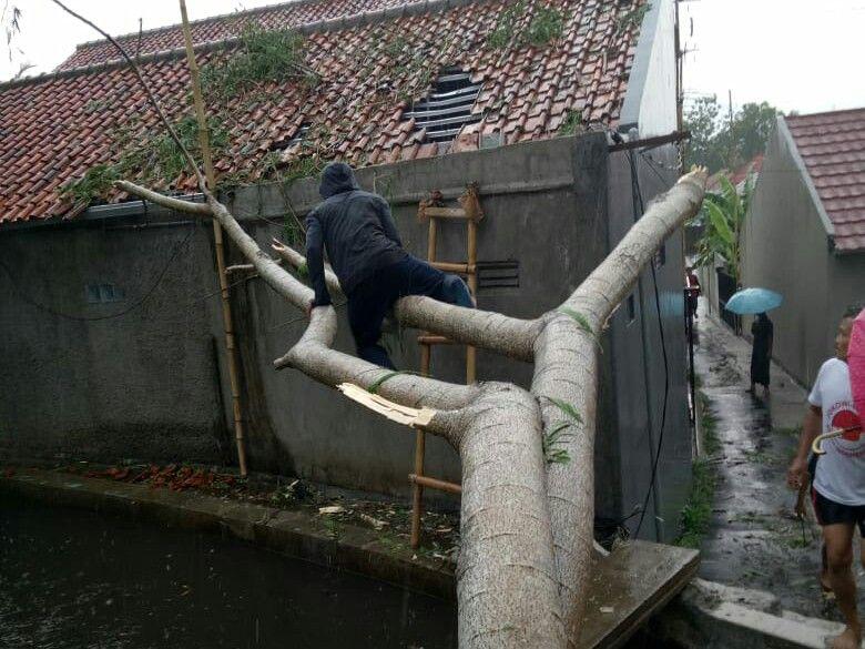 https: img.okezone.com content 2019 10 16 338 2117432 20-rumah-dan-masjid-di-bogor-rusak-diterpa-hujan-angin-FxFgc5rgk9.jpg