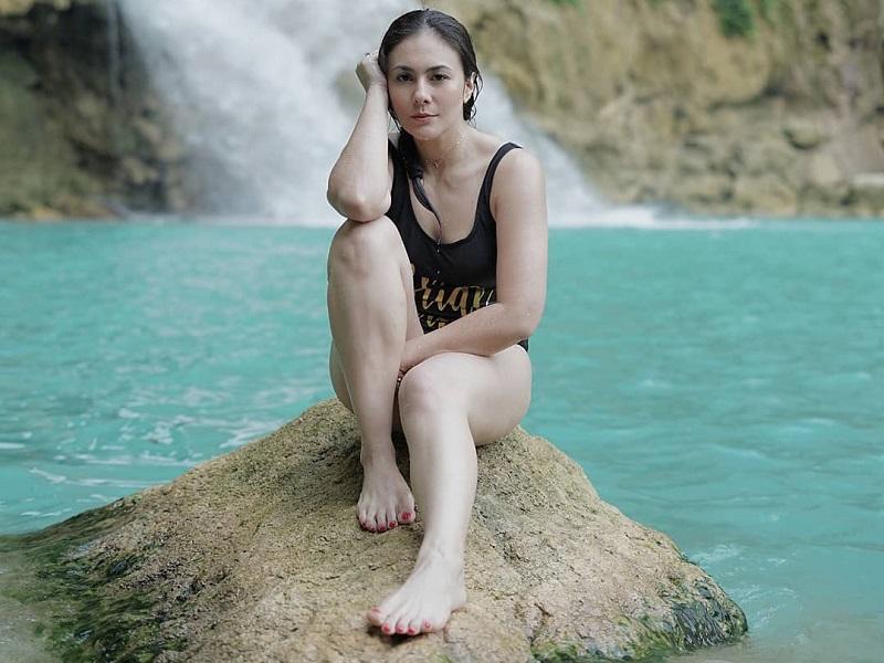 https: img.okezone.com content 2019 10 17 406 2118133 perjuangan-wulan-guritno-trekking-ke-air-terjun-matayangu-yang-punya-sejuta-pesona-K60WnqnKdW.jpg