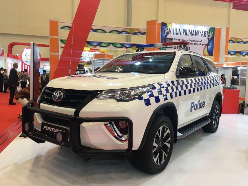 https: img.okezone.com content 2019 10 17 52 2118123 toyota-fortuner-racikan-indonesia-jadi-mobil-patroli-polisi-M4MjungdBq.jpg