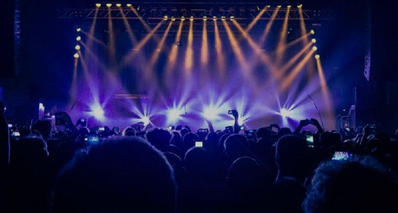 https: img.okezone.com content 2019 10 17 557 2118186 tak-hanya-celin-dion-tiket-konser-sederet-musisi-ini-pun-harganya-selangit-hXOAcGP2ET.jpg