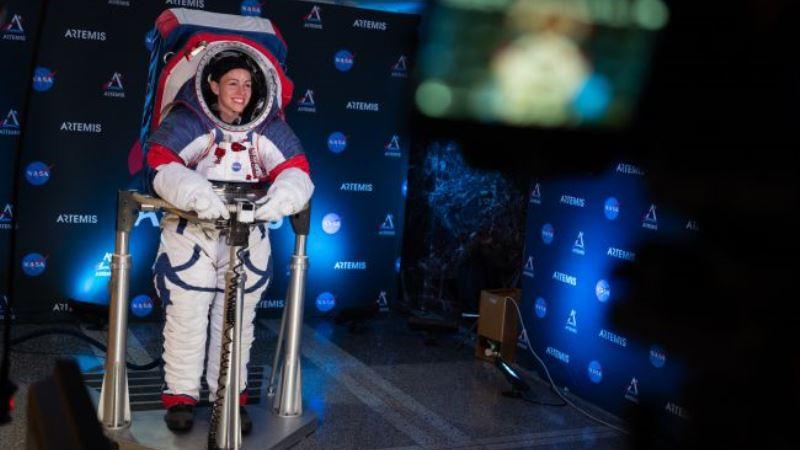 https: img.okezone.com content 2019 10 17 56 2118147 ini-jubah-baru-astronot-perempuan-untuk-menjelajah-bulan-gp5GUccI77.jpg