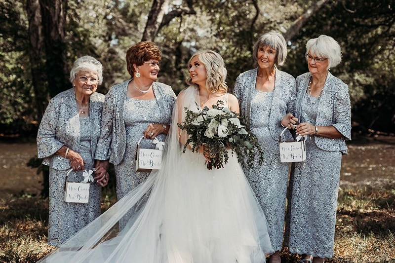 https: img.okezone.com content 2019 10 18 194 2118522 momen-para-nenek-jadi-gadis-pembawa-bunga-pernikahan-masih-tetap-memesona-RLdE1i5TFg.jpg