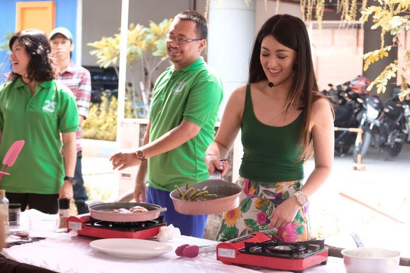 https: img.okezone.com content 2019 10 18 194 2118759 5-chef-seksi-indonesia-nomor-3-kerap-bikin-gagal-fokus-D0jMOEHZkC.jpg