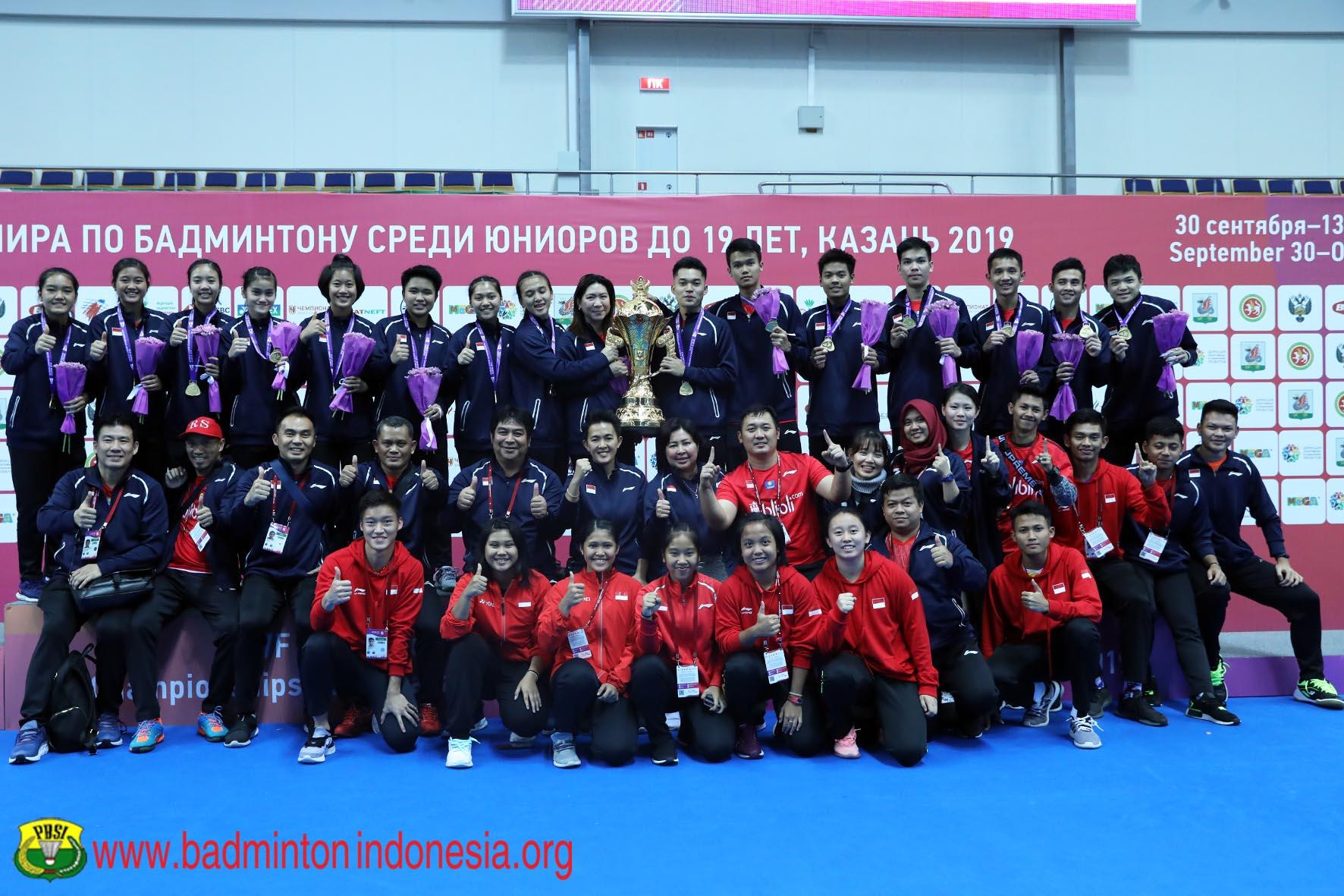 https: img.okezone.com content 2019 10 18 40 2118795 bersinar-di-kejuaraan-bulu-tangkis-junior-2019-indonesia-terima-penghargaan-iGfU8tQmZ9.jpg