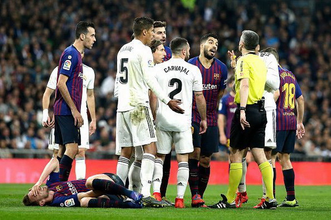 https: img.okezone.com content 2019 10 18 46 2118605 laga-barcelona-vs-madrid-ditunda-figo-politik-tak-boleh-dicampur-dengan-sepakbola-X5j7RmuRhL.jpg