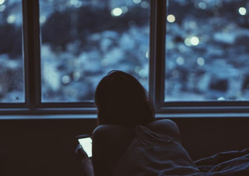 https: img.okezone.com content 2019 10 18 481 2118905 gara-gara-kecanduan-gadget-wanita-ini-sampai-buta-warna-fM7xnjHJ4l.jpg