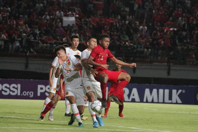 https: img.okezone.com content 2019 10 18 51 2118493 timnas-indonesia-u-19-cetak-tiga-gol-indah-ke-gawang-china-fakhri-tidak-kaget-mwPU7PL9AB.jpg
