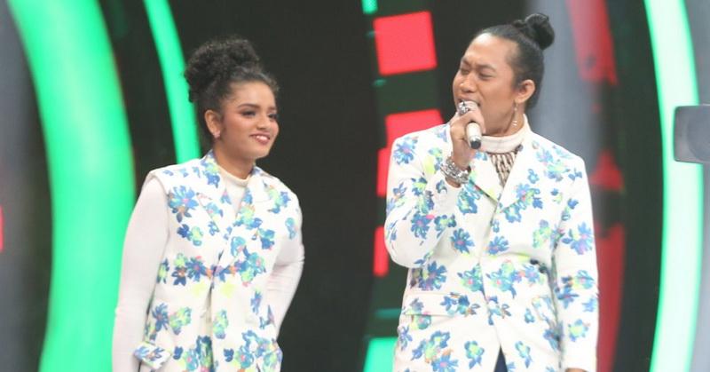 https: img.okezone.com content 2019 10 18 598 2118925 duet-romantis-peserta-the-voice-indonesia-2019-nyanyikan-lagu-senorita-kmWkmkfZAv.jpg