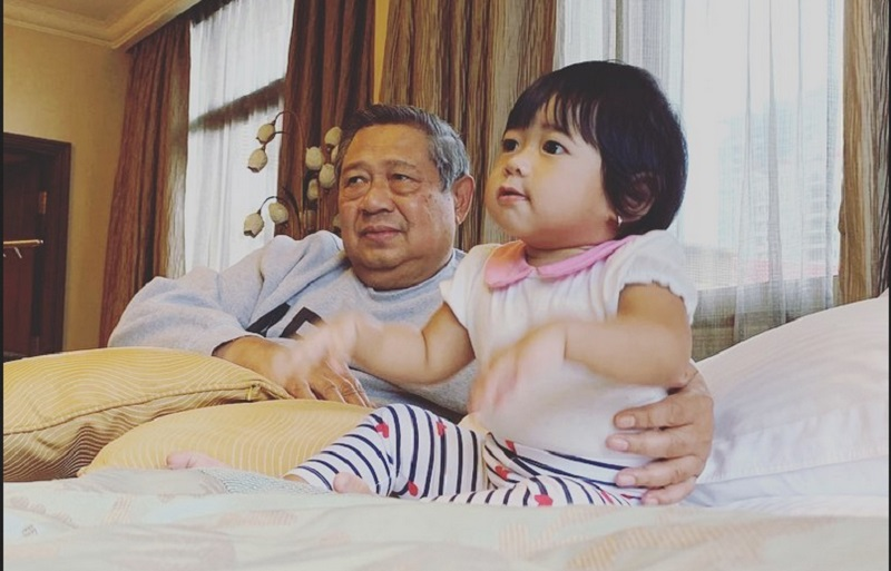 https: img.okezone.com content 2019 10 20 196 2119420 tak-kalah-dengan-jan-ethes-ini-potret-menggemaskan-cucu-sby-gayatri-yudhoyono-vljvQg2tOh.jpg