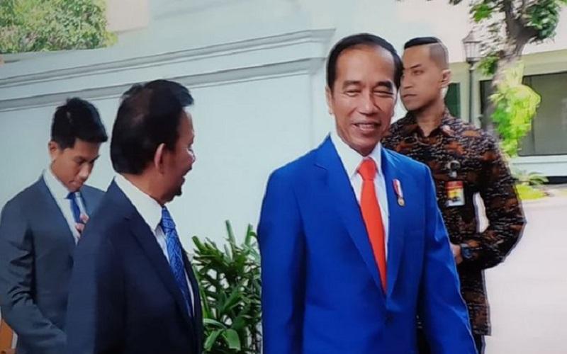 https: img.okezone.com content 2019 10 20 196 2119461 begini-transformasi-presiden-jokowi-dari-remaja-hingga-sekarang-lihat-yuk-ZQX3bHFOzT.jpg