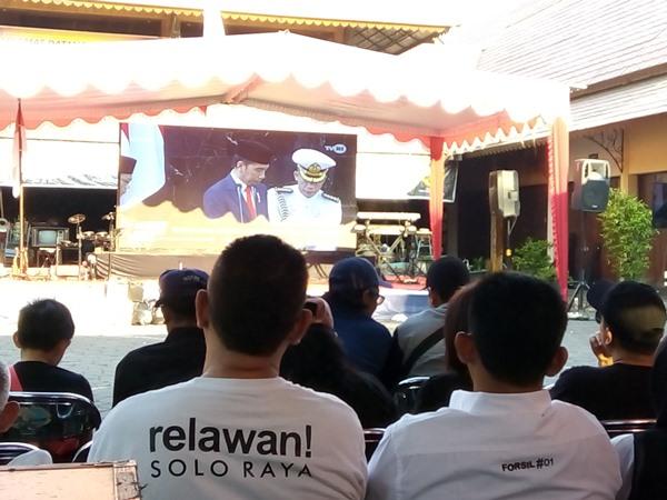 https: img.okezone.com content 2019 10 20 337 2119424 relawan-soloraya-nobar-pelantikan-presiden-di-pasar-yang-dibangun-jokowi-xoRJyHq6dP.jpg
