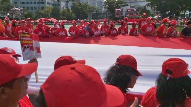 https: img.okezone.com content 2019 10 20 337 2119428 rayakan-pelantikan-jokowi-bendera-merah-putih-raksasa-dibentangkan-di-depan-istana-U0oQP7FzIv.jpg