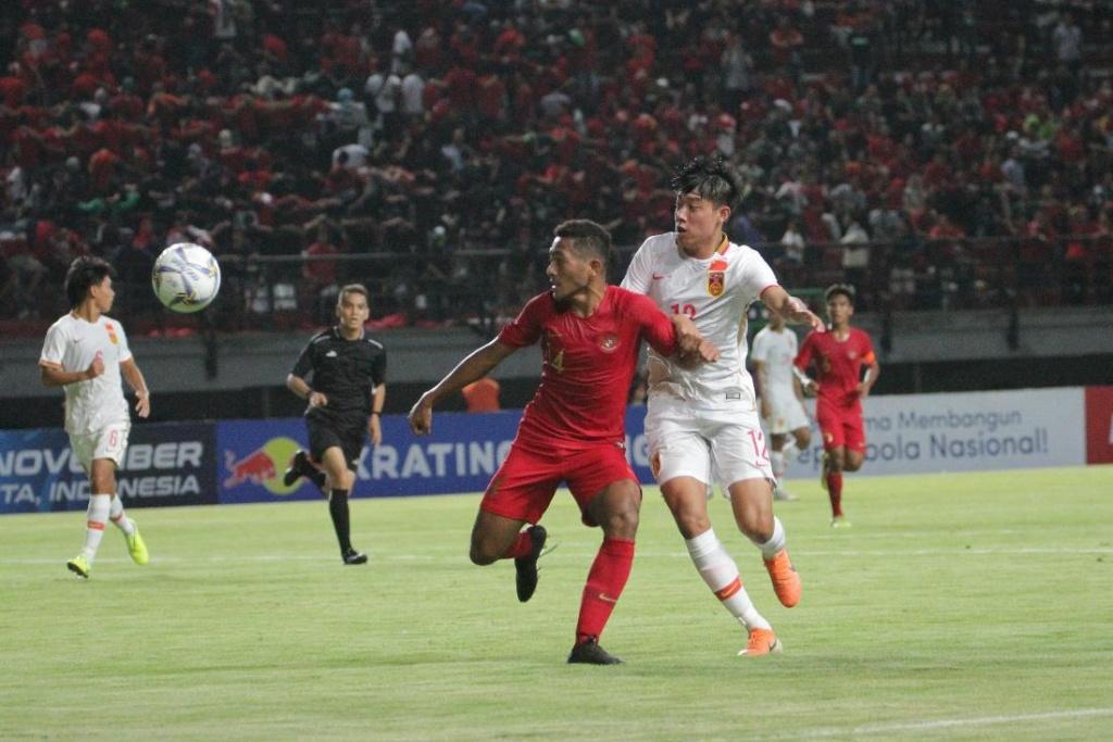 https: img.okezone.com content 2019 10 20 51 2119361 timnas-indonesia-u-19-tertinggal-0-1-dari-china-u-19-di-babak-pertama-vPFjk1AaBJ.jpeg