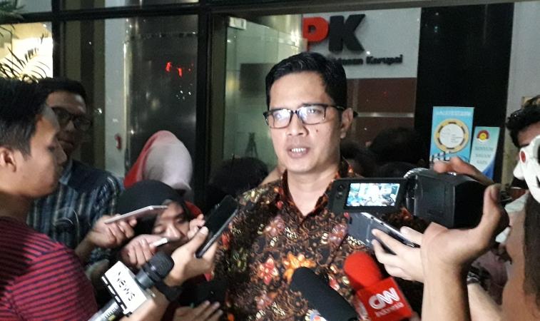 https: img.okezone.com content 2019 10 21 337 2119869 periksa-adik-bambang-widjojanto-kpk-selisik-proses-pengadaan-qcc-di-pelindo-ii-CqO5c9gFb7.jpg