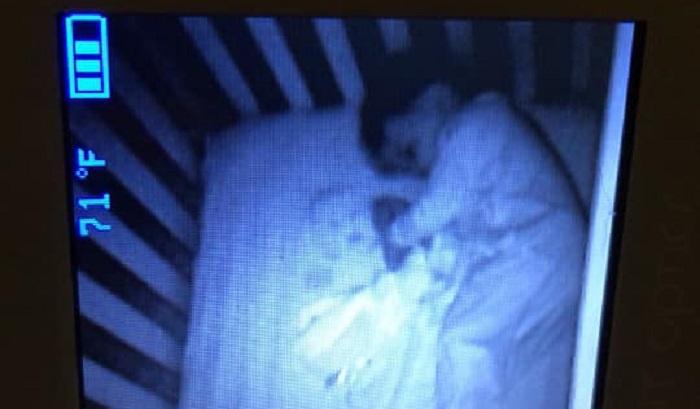 https: img.okezone.com content 2019 10 21 612 2119781 viral-bayi-tertangkap-kamera-tidur-dengan-hantu-begini-faktanya-uch7Mcetmy.jpg