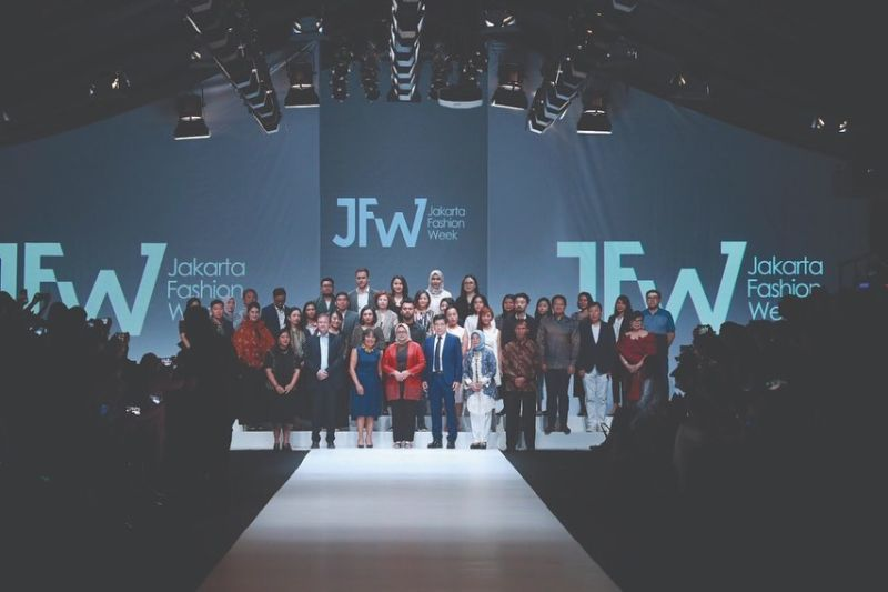 https: img.okezone.com content 2019 10 22 194 2120437 jfw-2020-desainer-muda-korea-selatan-tampilkan-modern-art-x-street-fashion-i1l5CNj2hd.jpg